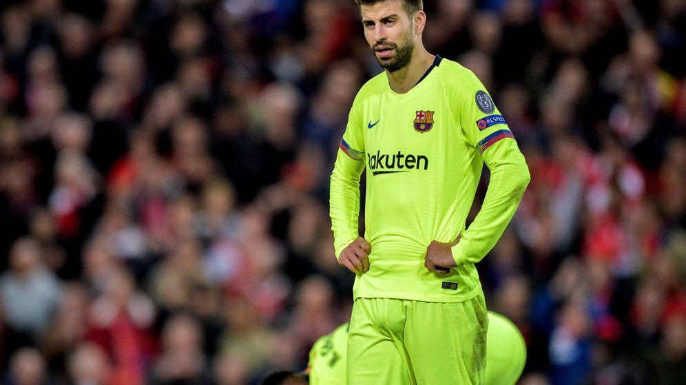 Foto: El gesto de abatimiento de Piqué después del cuarto gol del Liverpool en Anfield. (Reuters)