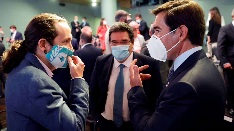 El vicepresidente del Gobierno, Pablo Iglesias (i) conversa con el presidente del BBVA, Carlos Torres. (EFE)