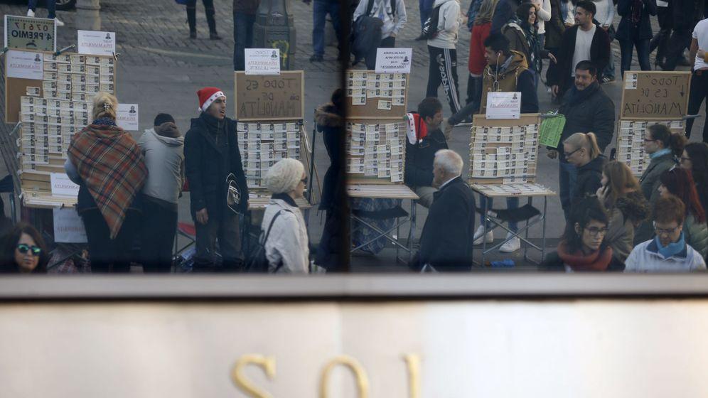 Foto: Puestos de lotería en la madrileña Puerta del Sol (EFE)