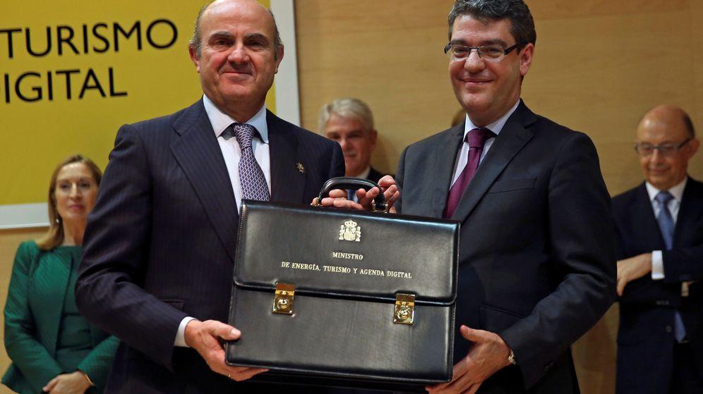 Foto: El ministro de Economía, Luis De Guindos, con el ministro de Energía, Álvaro Nadal. (Reuters)