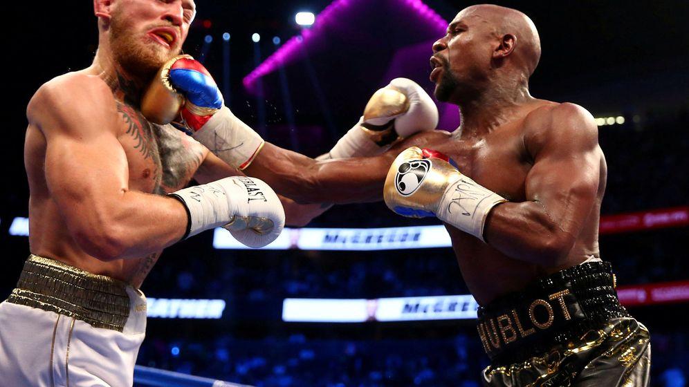 Foto: Conor McGregor (i) y Floyd Mayweather se enfrentaron en agosto de 2017 en un combate de boxeo. (USA TODAY Sports)