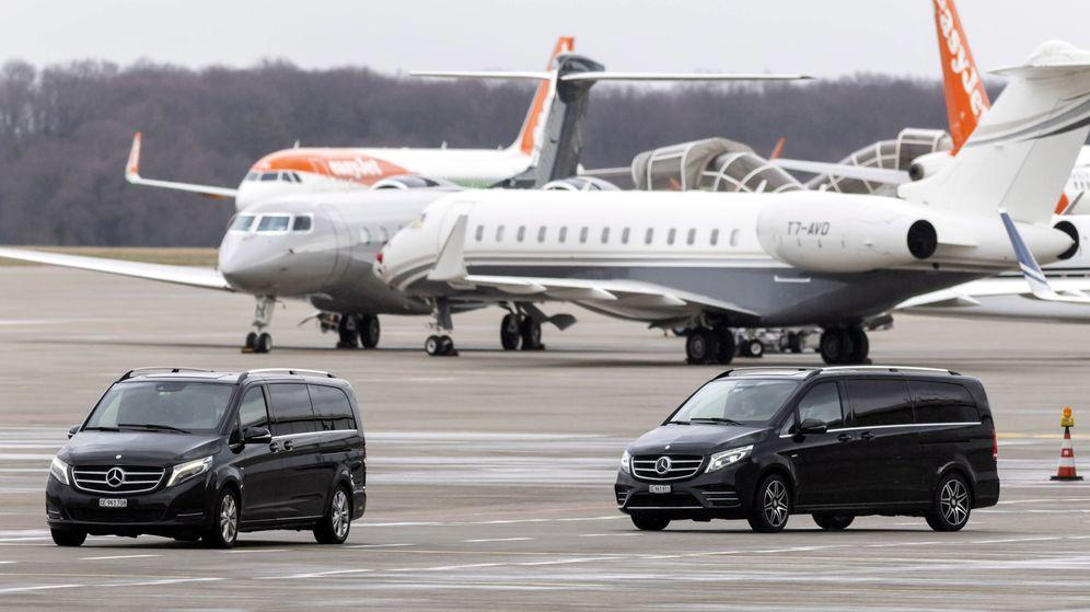 Foto: Dos vehículos esperan en el aeropuerto de Argel para recoger al presidente Bouteflika a su regreso desde Suiza. (EFE)