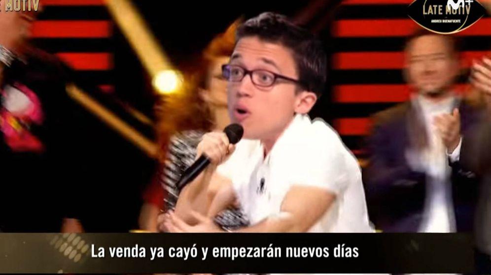 Foto: Errejón en el montaje de Buenafuente cantando 'La venda'. (Youtube)
