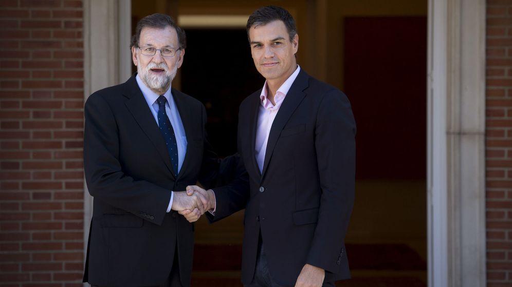 Foto: El presidente del Gobierno, Mariano Rajoy (i), recibe al líder del PSOE, Pedro Sánchez, en el Palacio de la Moncloa. (EFE)