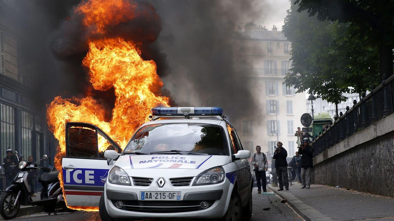 Foto: Un coche patrulla arde durante una protesta contra la violencia policial en París. (Efe/Yoan Valat)