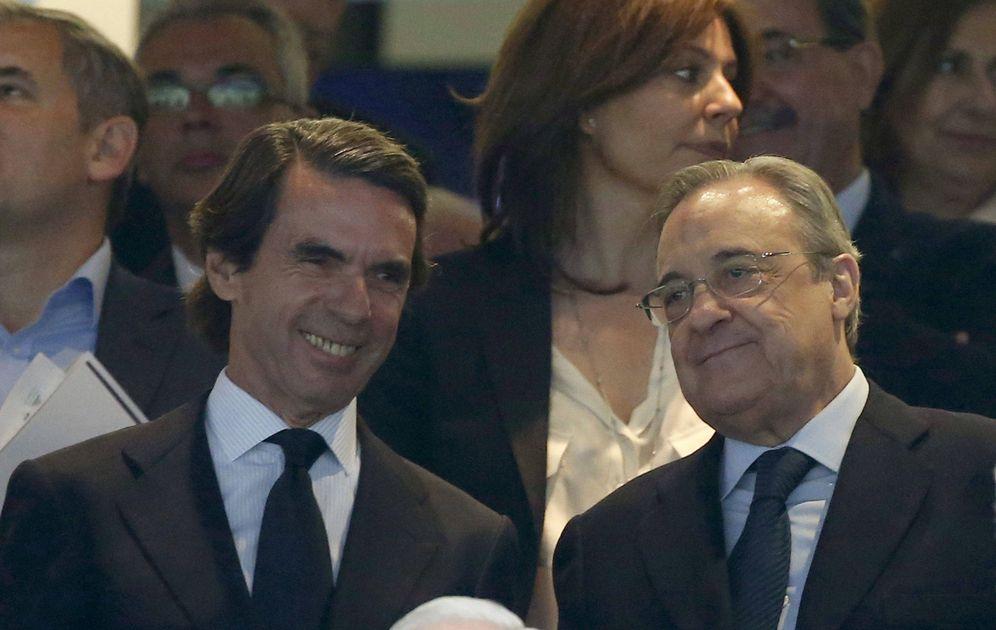 Foto: El expresidente del gobierno José Maria Aznar (i) y el presidente del Real Madrid, Florentino Pérez, durante el pasado 'Clásico' en el estadio Santiago Bernabéu, en Madrid. (EFE)