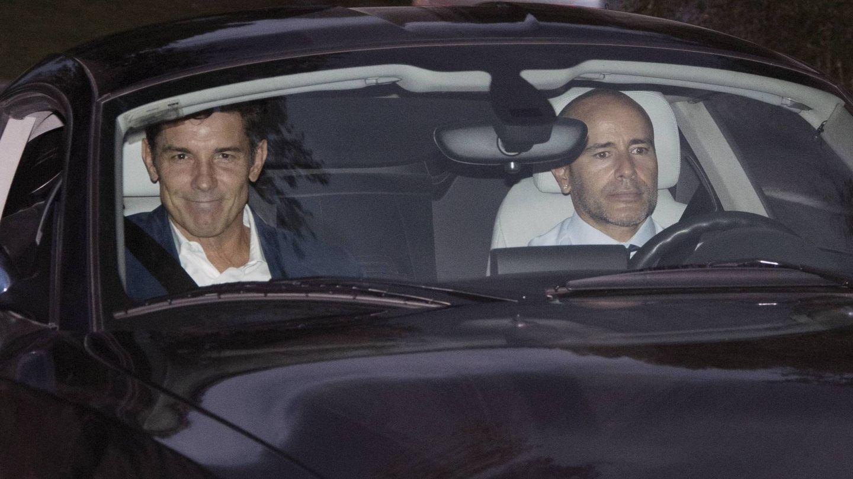 El presentador Jesús Vázquez y su marido, Roberto Cortés, entre los invitados. (Cordon)