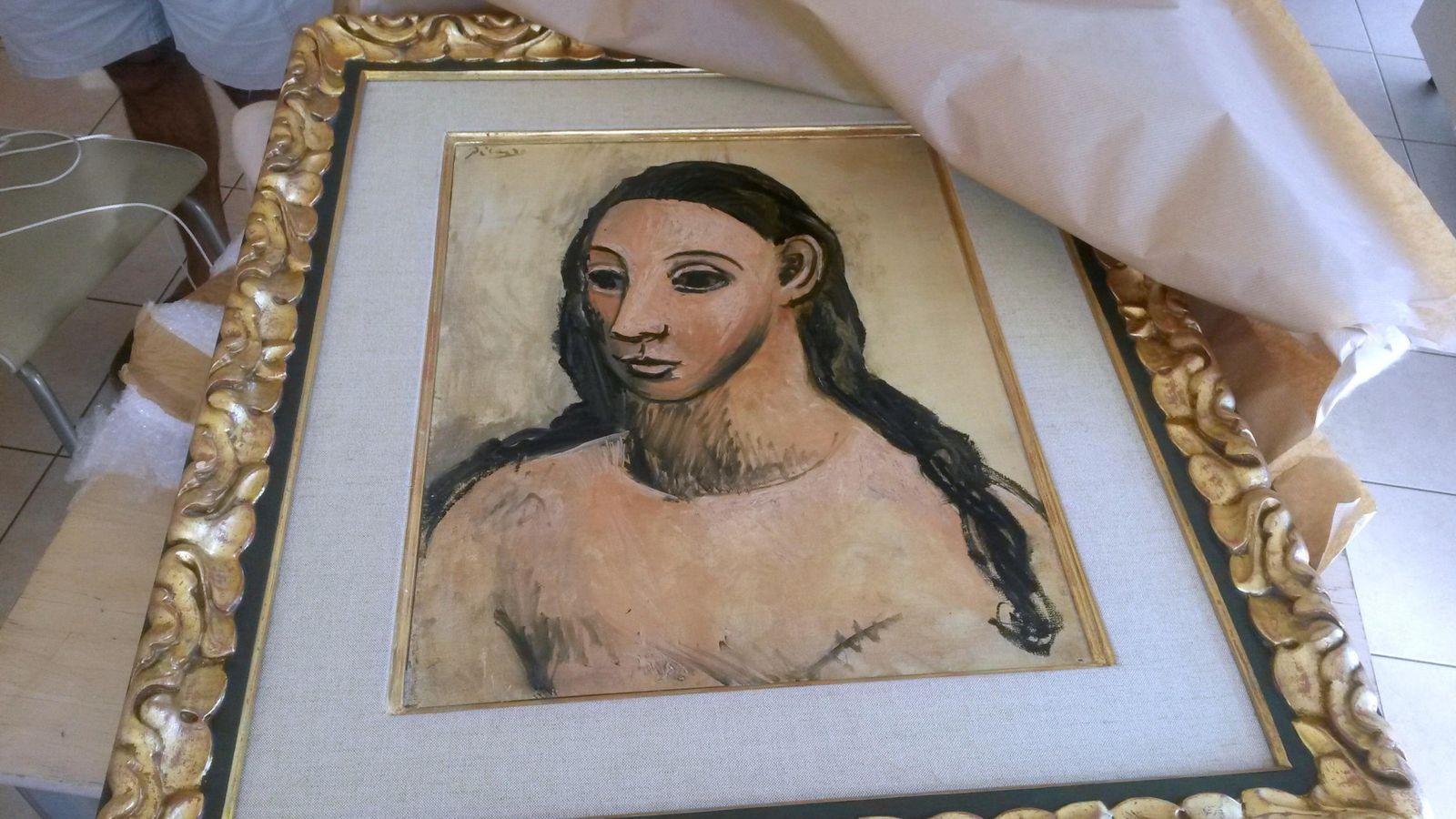 Foto: Entrega a las autoridades españolas del cuadro Mujer joven, incautado a Jaime botín en Córcega. Efe
