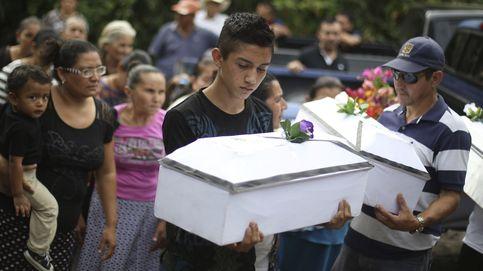 Salvadoreños reciben sepultura 35 años después