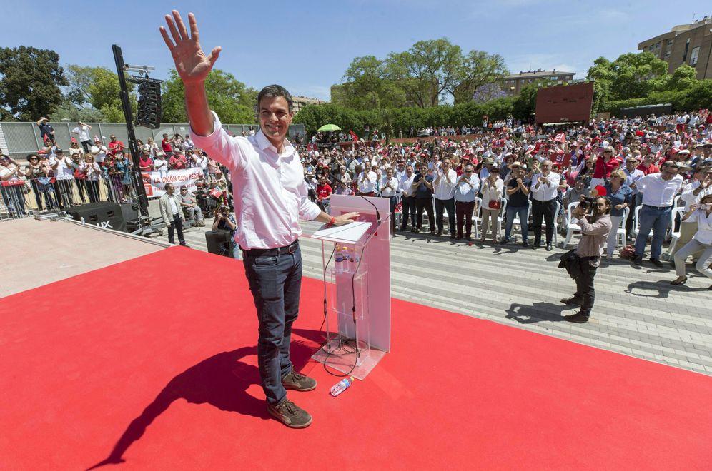 Foto: Pedro Sánchez, este 7 de mayo, durante su mitin en el Auditorio Parque Fofó de Murcia. (EFE)