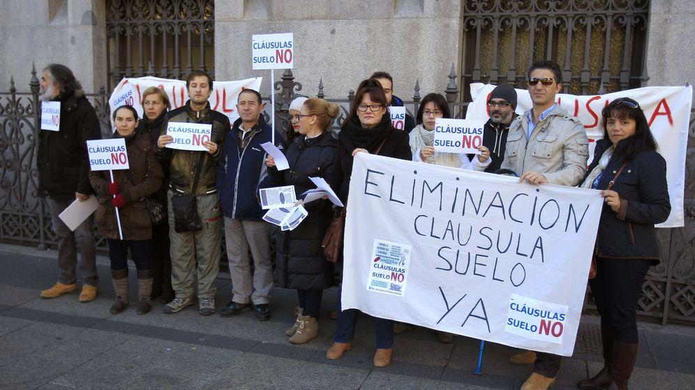 Foto: Concentración de miembros de la plataforma de afectados por las cláusulas suelo ante el Banco de España. (EFE)