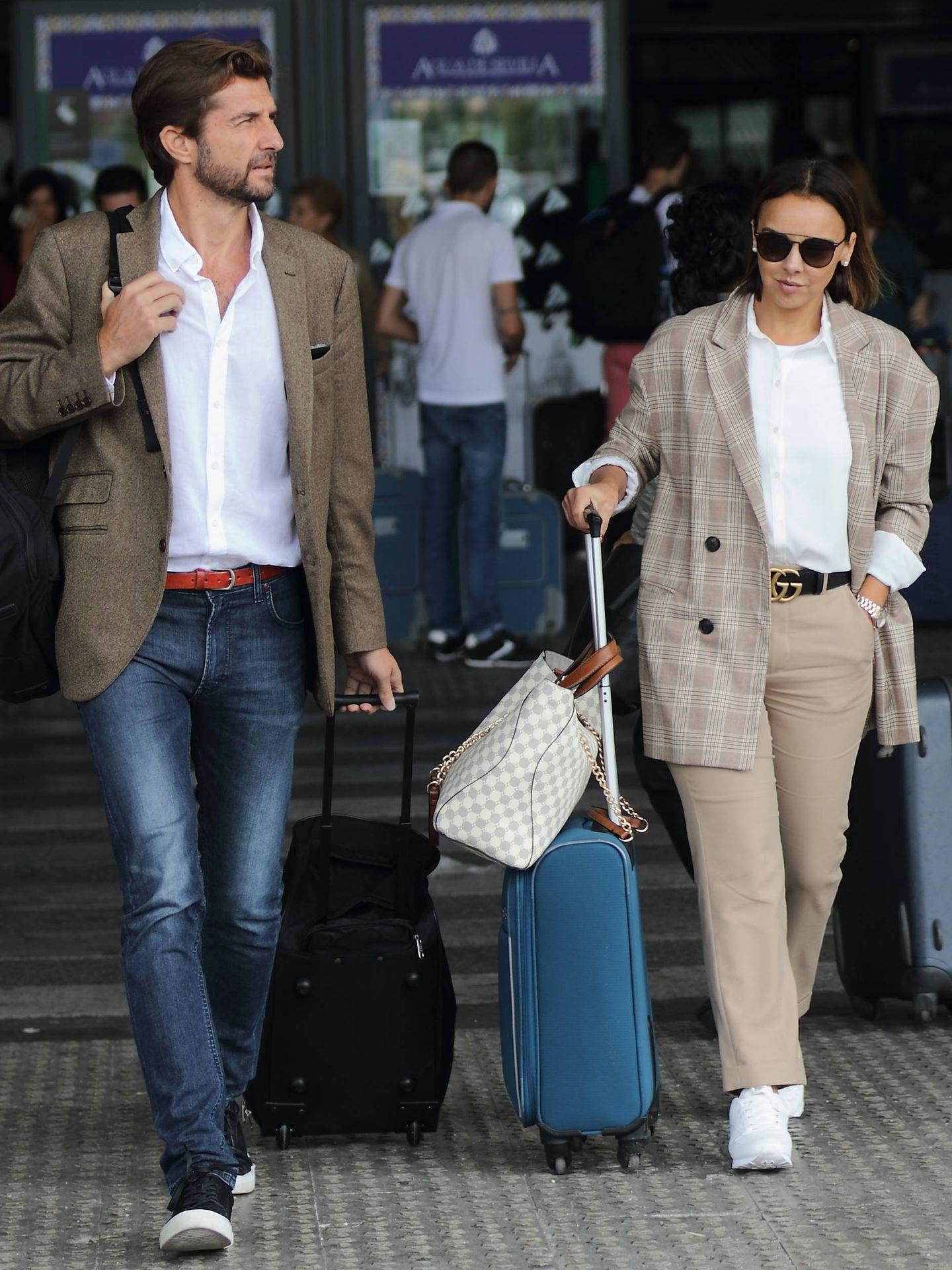 Chenoa y su prometido llegando a Sevilla. (Lagencia Grosby)
