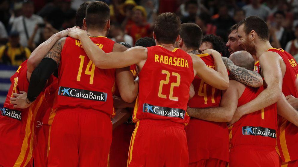 Foto: Los jugadores de España se abrazan tras conseguir el título mundial. (EFE)