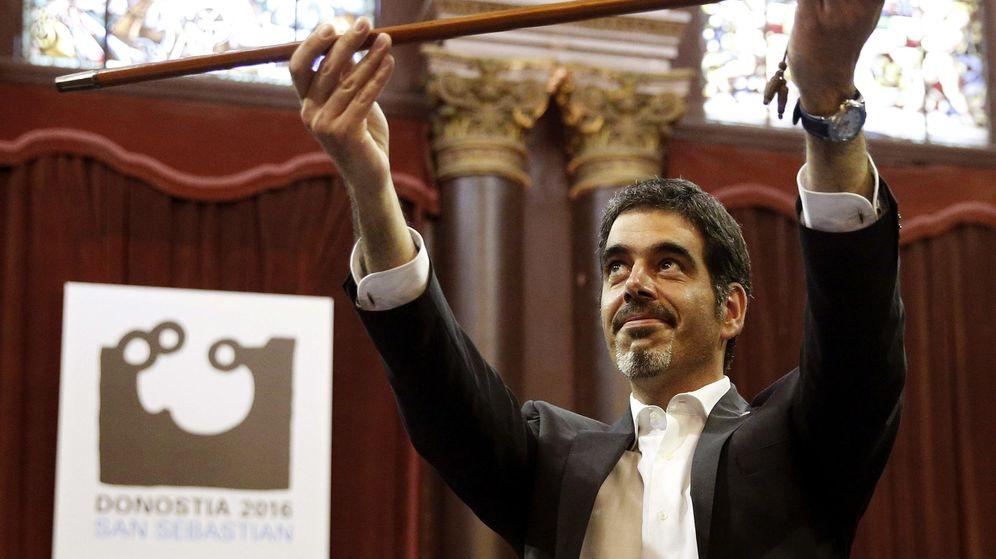 Foto: Eneko Goia, cabeza de lista del PNV, sostiene el bastón de mando. (EFE)