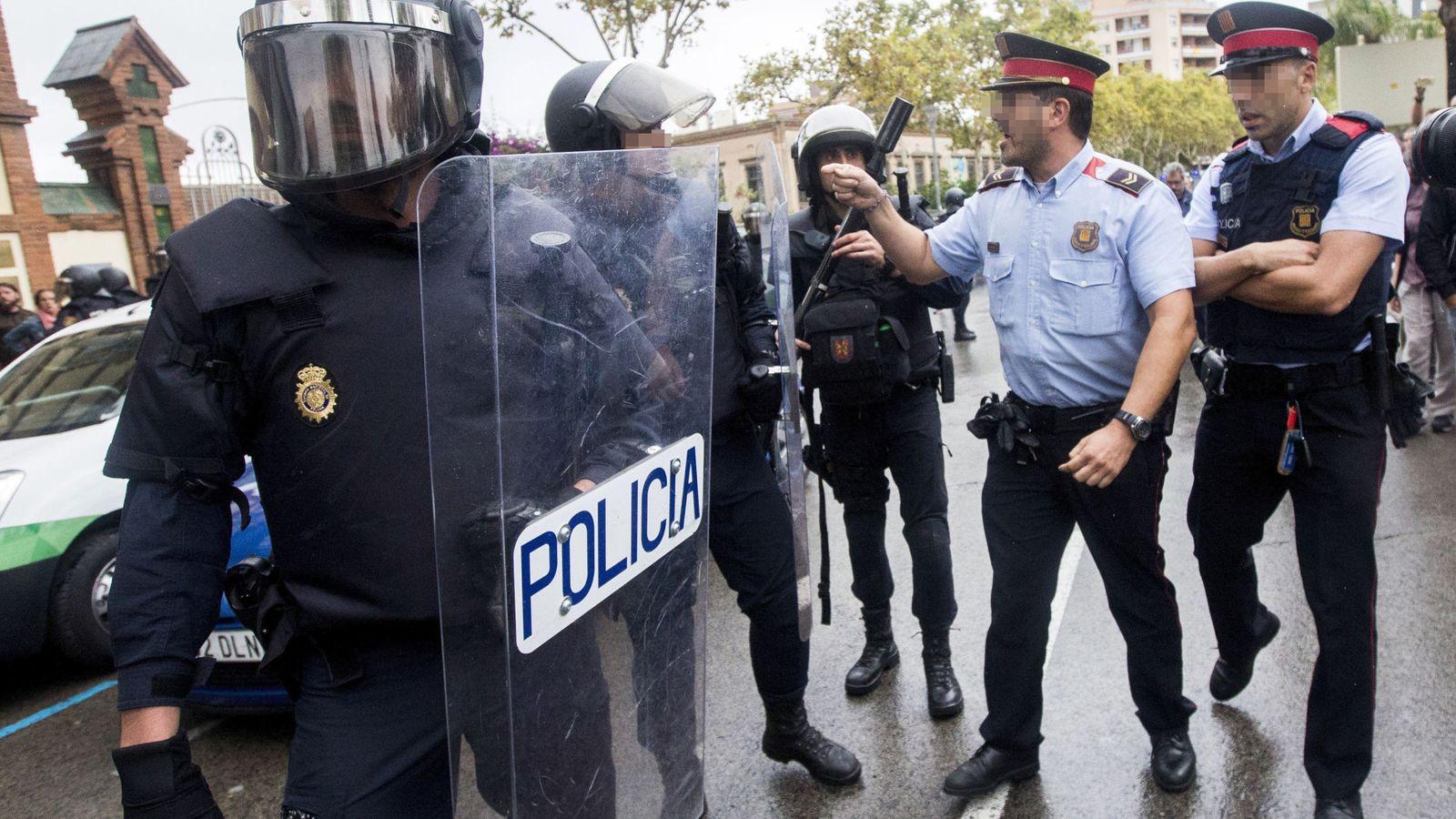 Foto: Discusión de los Mossos y la Policía. (EFE)