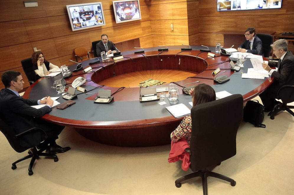 Foto: Pedro Sánchez preside el Consejo de Ministros extraordinario de este 27 de marzo, con las autoridades delegadas y la titular de Hacienda, María Jesús Montero. (Moncloa)