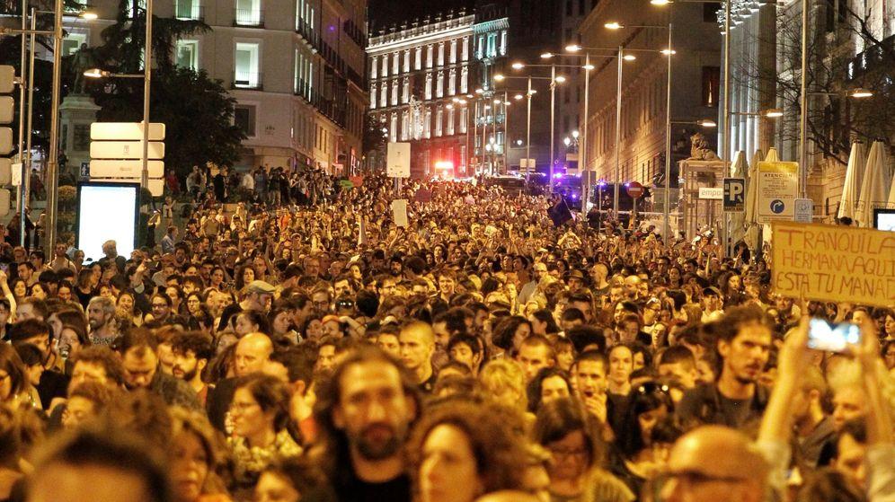 Foto: Concentración en Madrid en apoyo y solidaridad a la víctima de los miembros de La Manada. (EFE)