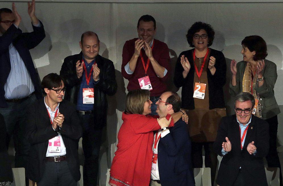 Foto: Miquel Iceta recibe el abrazo de su nueva número dos, Núria Marín, adjunta a la primera secretaría, este 6 de noviembre en la clausura del XIII Congreso. (EFE)