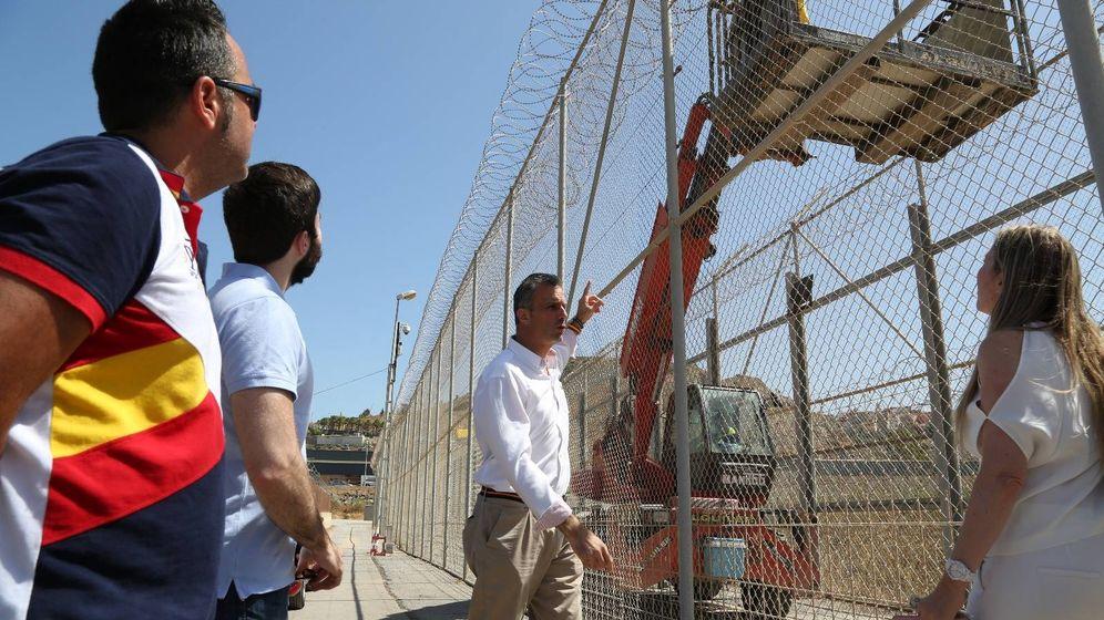 Foto: Javier Ortega Smith, ayer en la valla de Ceuta. (Vox)