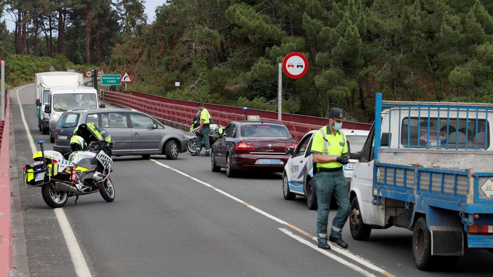 Foto: Control de la Guardia Civil por el rebrote de covid (EFE)