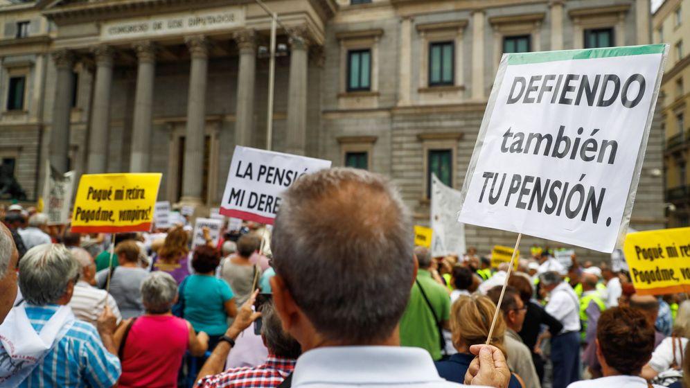 Foto: Los pensionistas vuelven a 'rodear' el Congreso. (EFE)