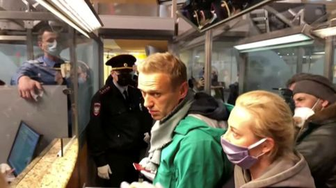Navalni, arrestado tras aterrizar en Moscú: su abogado denuncia no poder hablar con él
