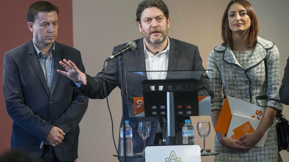 Foto: El líder de Ciudadanos en Murcia, Miguel Sánchez (c). (EFE)