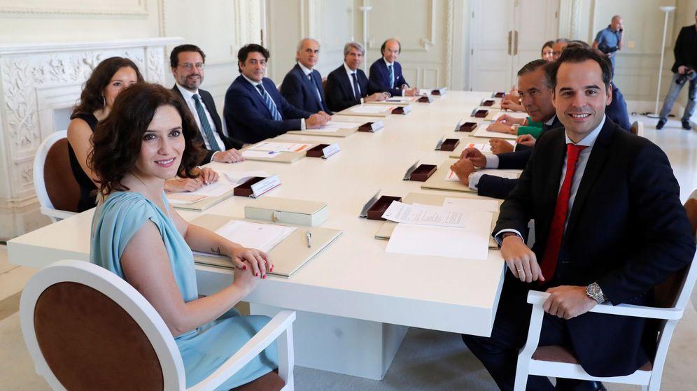 Foto: Ayuso, con sus consejeros, en el primero consejo de gobierno. (EFE)