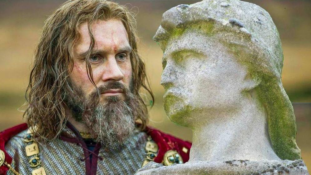 Foto: Rollo ('Vikingos'), junto a una estatua de Hrolf Ganger.