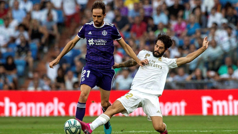Isco pugna por un balón en el partido contra el Valladolid. (Efe)