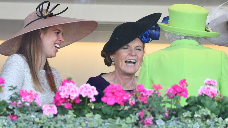 Sarah Ferguson y su hija, muy divertidas con la reina Isabel. (Gtres)
