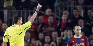 Foto: La amarilla de Andrés Iniesta da la razón a Mourinho