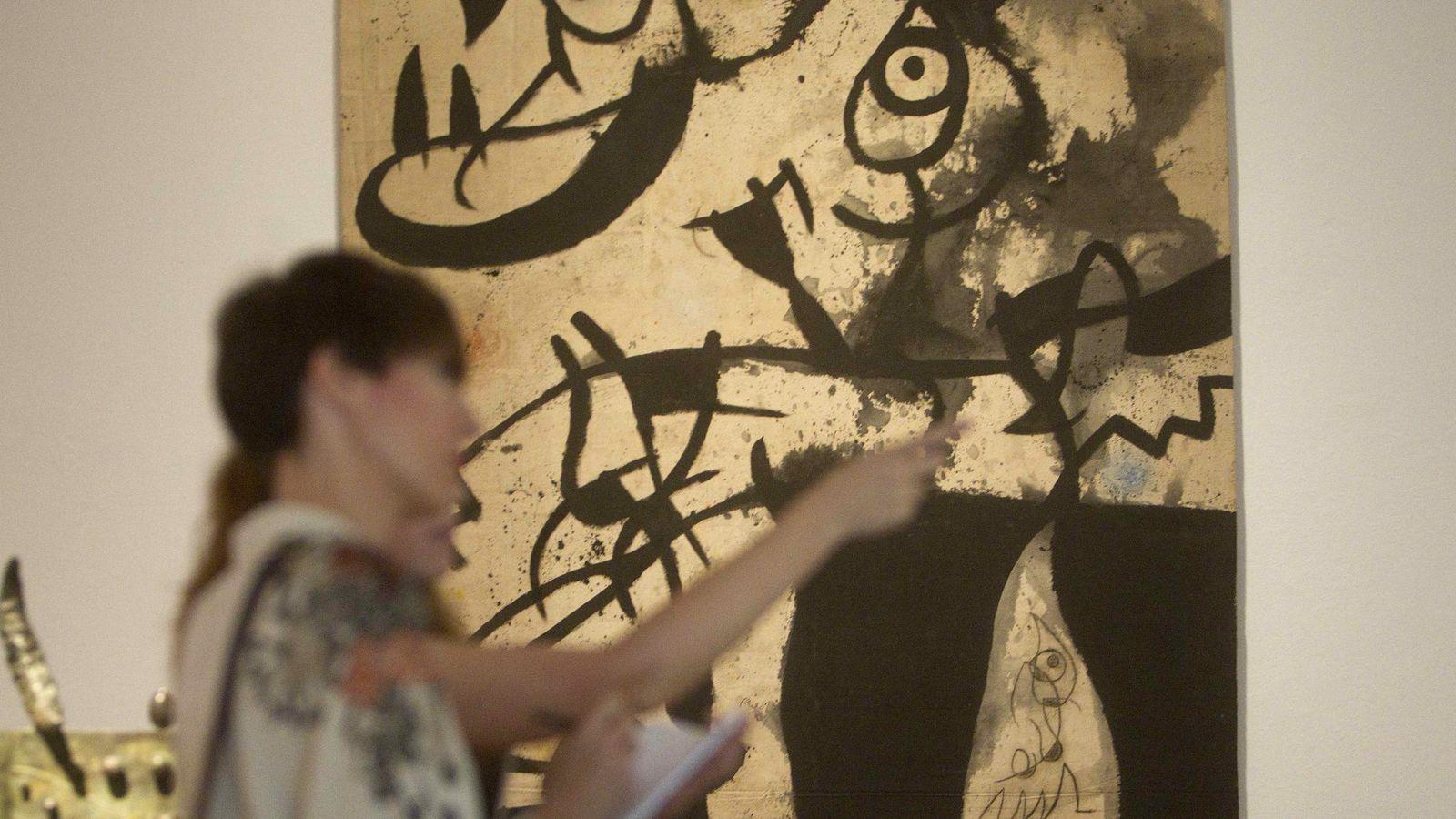 Foto: Dos mujeres ante la obra 'Mujeres, pájaros' (Efe)