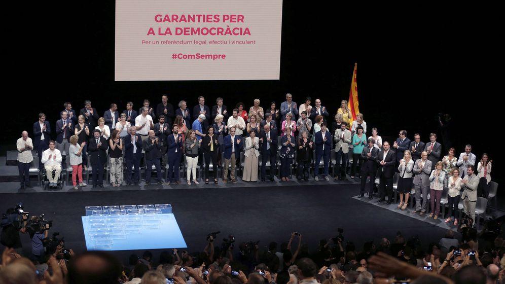 Foto: Los diputados de JxS y los miembros del Gobierno catalán, durante el acto político 'Garantías para la democracia'. (EFE)