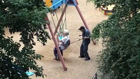 El vídeo que enternece a internet: dos abuelos disfrutando de un columpio
