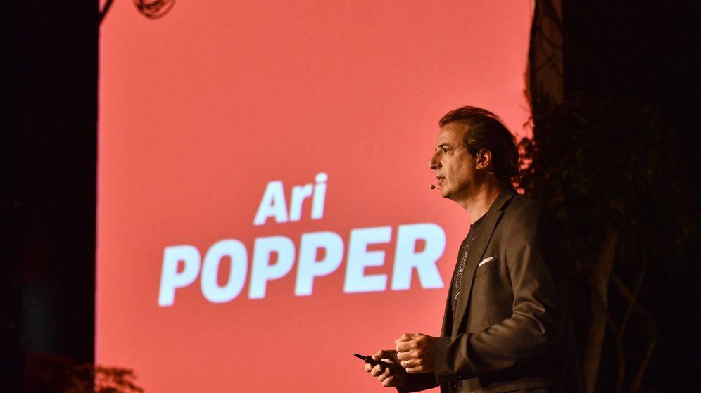 Foto:  El escritor Ari Popper, como el letrero de la imagen ya indica (Cedida)