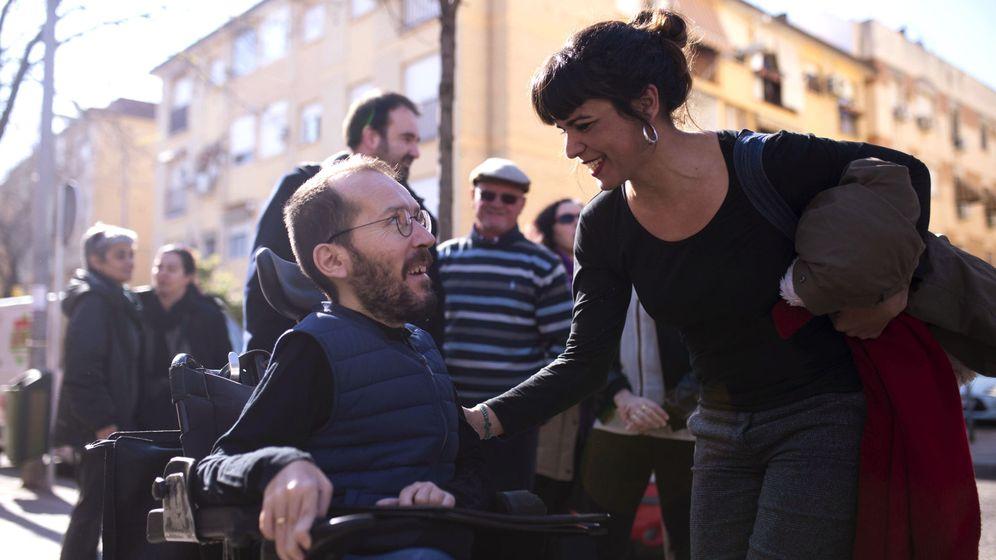 Foto: La coordinadora de Podemos en Andalucía, Teresa Rodríguez (d), y el secretario de Organización del partido, Pablo Echenique (i), antes de un encuentro en Córdoba. (EFE)