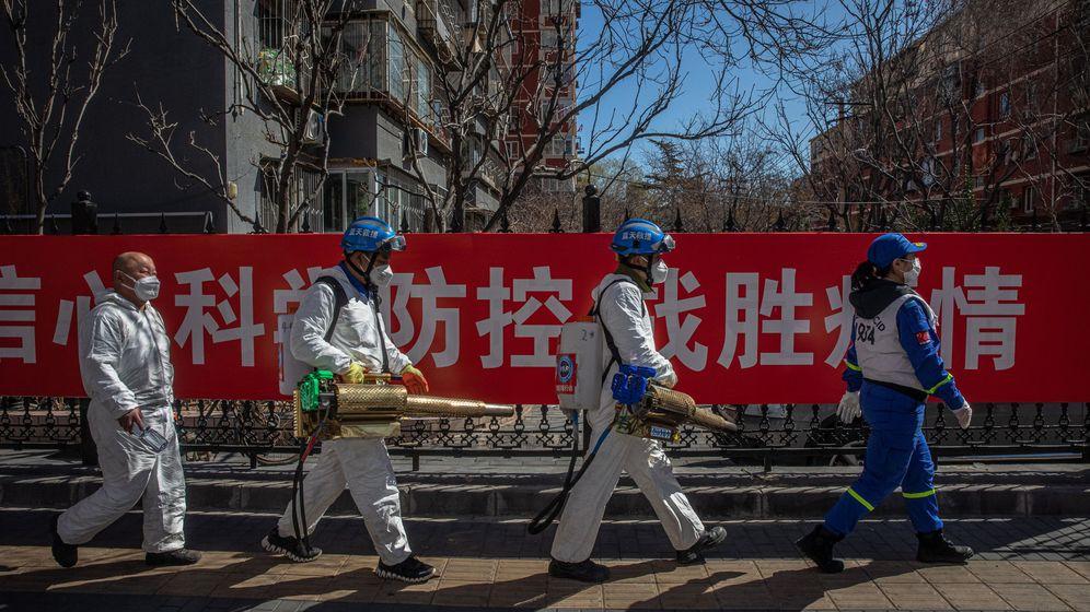 Foto: Un equipo de desinfección en Pekín. (EFE)