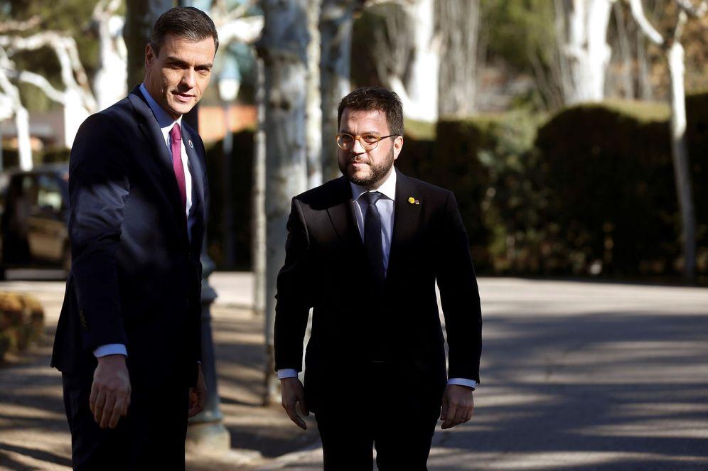 Foto: Pedro Sánchez charla con el 'vicepresident' del Govern, Pere Aragonès, antes de la primera reunión de la mesa de diálogo, el pasado 26 de febrero. (EFE)