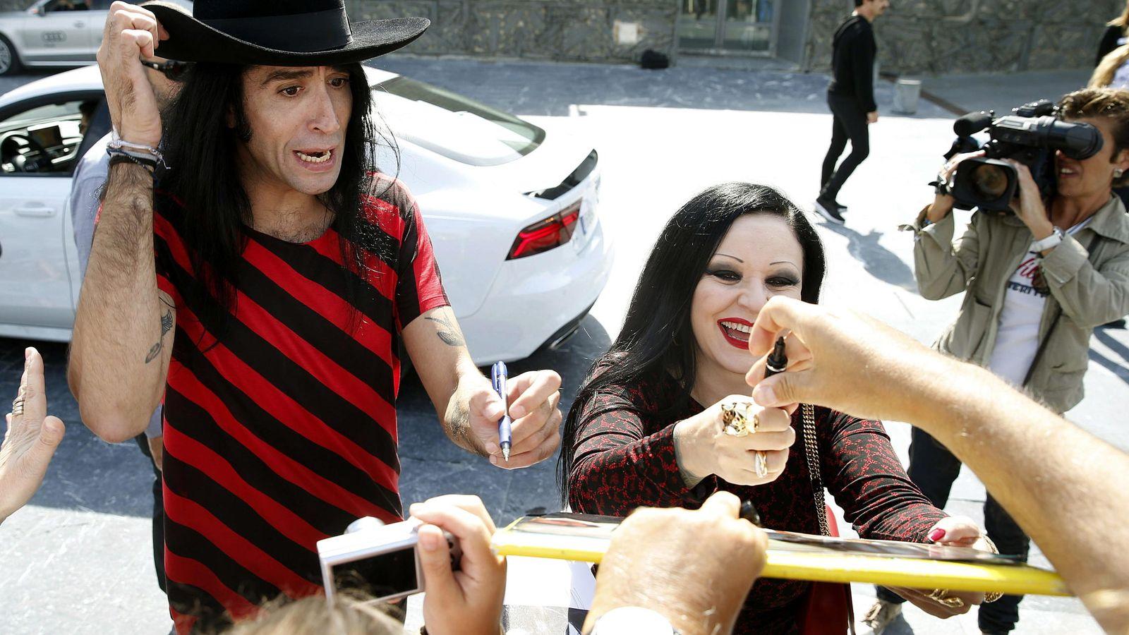 Foto: Vaquerizo y Alaska firmando autógrafos (EFE)
