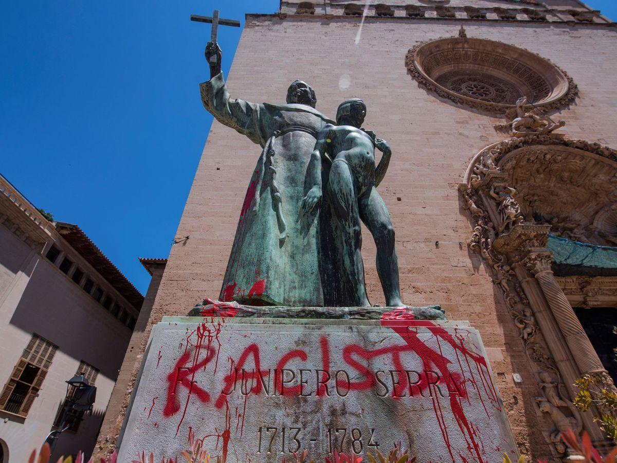 Foto: La estatua de Fray Junípero en Palma de Mallorca, con la pintada 'racista' (EFE)
