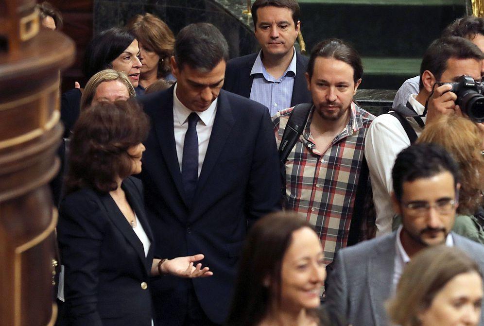 Foto: Pedro Sánchez y la vicepresidenta, Carmen Calvo, con Pablo Iglesias en el Congreso el pasado 19 de septiembre. (EFE)
