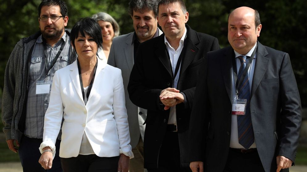 Foto: Otegi y Ortuzar, acompañados de la candidata 'abertzale' a lendakari, Maddalen Iriarte, juntos en el acto para celebrar el fin de ETA en mayo de 2018. (EFE)