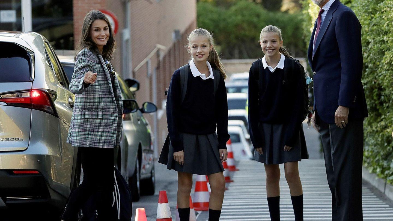 Leonor y Sofía, el año pasado con los Reyes en el colegio Santa María de los Rosales. (EFE)