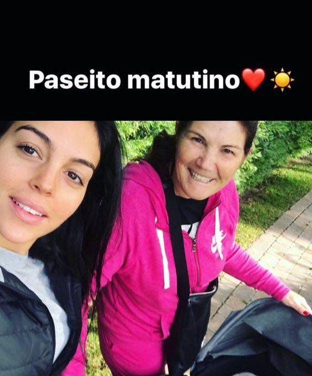 Foto: Georgina Rodríguez y Dolores Aveiro de paseo matutino. (Instagram)