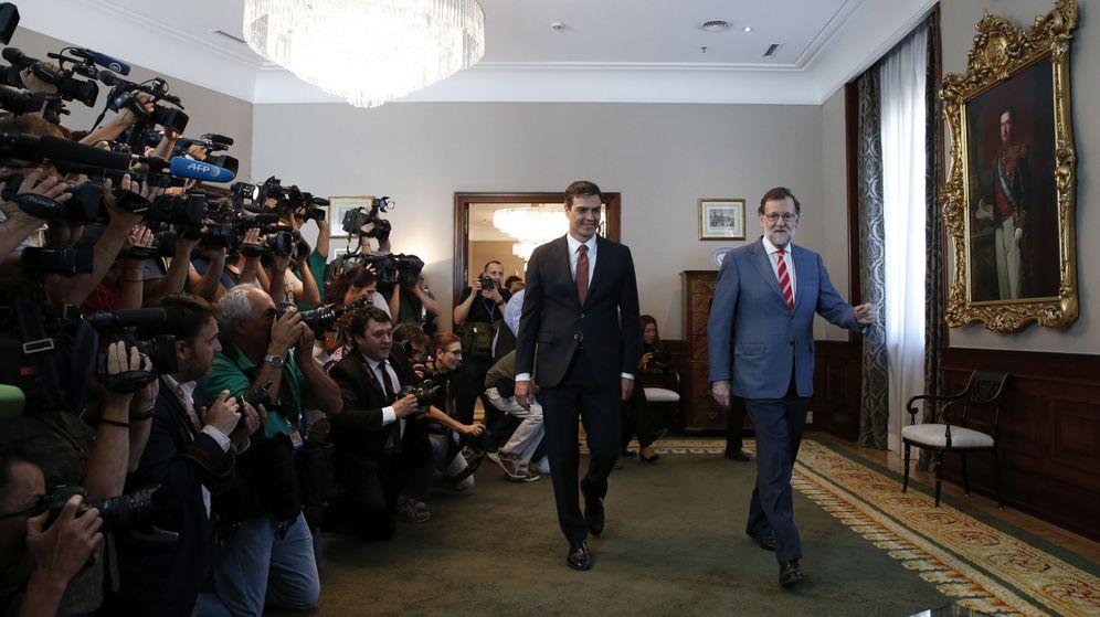 Foto: El presidente del Gobierno en funciones, Mariano Rajoy, y el secretario general del PSOE, Pedro Sánchez, antes de la reunión que mantuvieron el pasado día 13. (EFE)