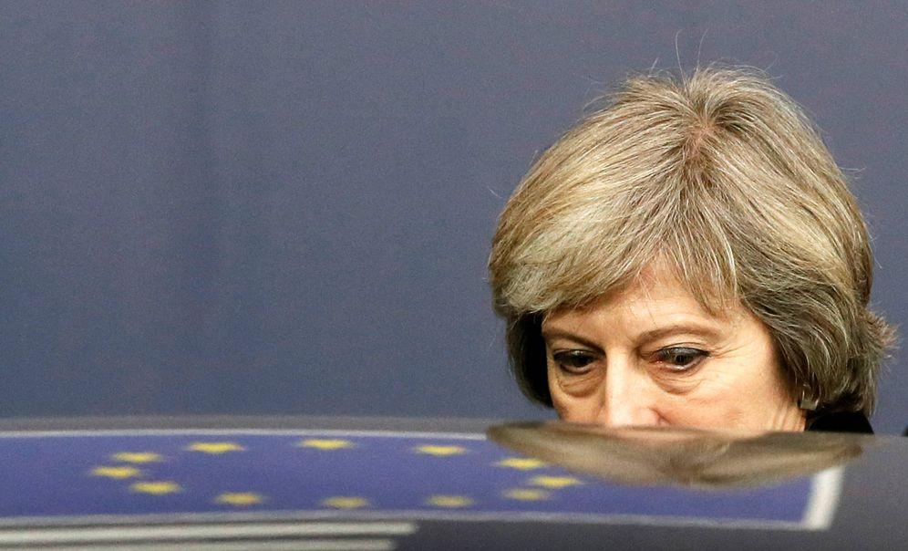 Foto: La primera ministra británica, Theresa May, abandona una cumbre de la UE en Bruselas, el 15 de diciembre de 2016. (Reuters)