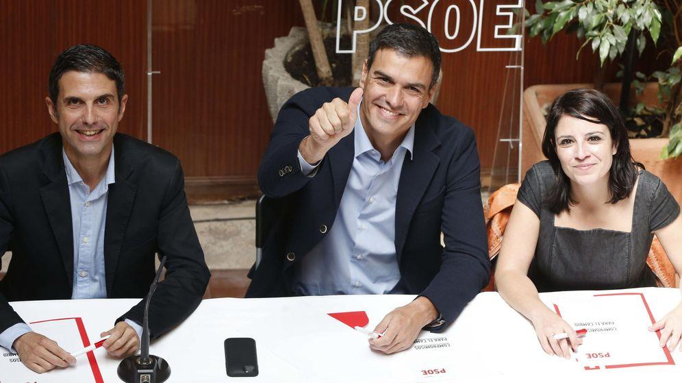 Foto: El secretario general del PSOE, Pedro Sánchez (c), junto al regidor de Alcalá de Henares, Javier Rodríguez Palacios (i), y la secretaria de Política Municipal socialista, Adriana Lastra (d). (EFE)