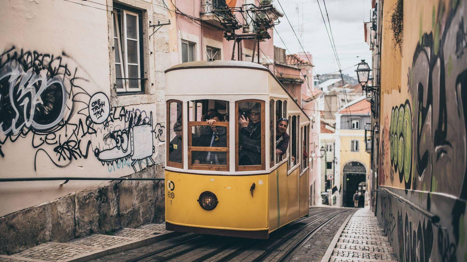 Foto: Uno de los encantos de Lisboa son sus tranvías, pero esconde mucho más. (Unsplash)
