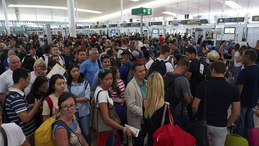Foto: Colas en los controles de seguridad del aeropuerto de El Prat. (EFE)